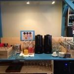 パレット - ランチ用ドリンクバー。7種のジュースと11種のハーブティー。