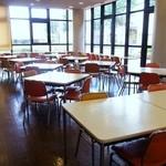 東大和市役所 食堂 - 太陽がサンサンと降り注ぐ明るい食堂