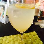 38570942 - 瀬戸田レモンのレモンスカッシュ。アカシア蜂蜜漬け。夏に爽やかでオススメ。