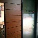 BISTRO AVRIL - お店の入口(開店前に着いたので…)