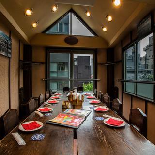大きいテーブルをみんなで囲んでの個室シェア感が楽しい三階☆