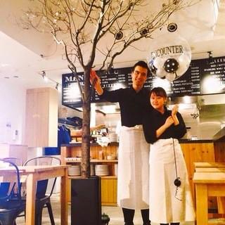 おしゃれな空間♪なんと店内には4mの木が!!!!