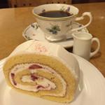 パティスリー・カフェ・ウフレ - 苺のロールケーキとブレンド(ブレンドは450円だが、ケーキとセットだと380円)