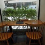 パンケーキ リストランテ - 窓際の席は緑に癒されます
