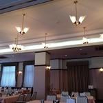 法曹会館 マロニエ - 明るく天井が高い店内