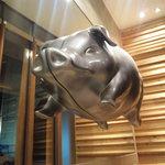 豚料理専門店 銀呈 - 入り口にて豚のお出向かいアリ!