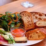 シニフィアン シニフィエ - 野菜とパンのプレート
