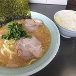 真鍋家 - ラーメン700円+ライス100円