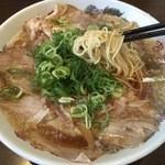 来来亭 - 麺は中細のストレート!比較的低加水のサックリした麺です 昔から食べているので擦り込みも有ると思うが、豚臭いスープも堪らない(笑)