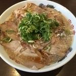 来来亭 - チャーシュー麺(大盛)870円なり!スープにはびっしりと背脂で覆われて、全く麺が見えない状態です