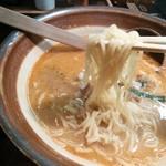 ななし亭   - 縮れ細麺