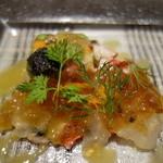 シャポン・ファン - 前菜1:オマール海老のカルパッチョ・コンソメジュレとキャビア添え