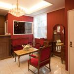 エタンセール カワモト - アンティーク家具に囲まれた受付空間