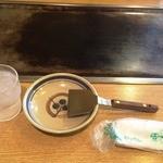 お好み焼 つくし - お水、おしぼり、小皿、こて