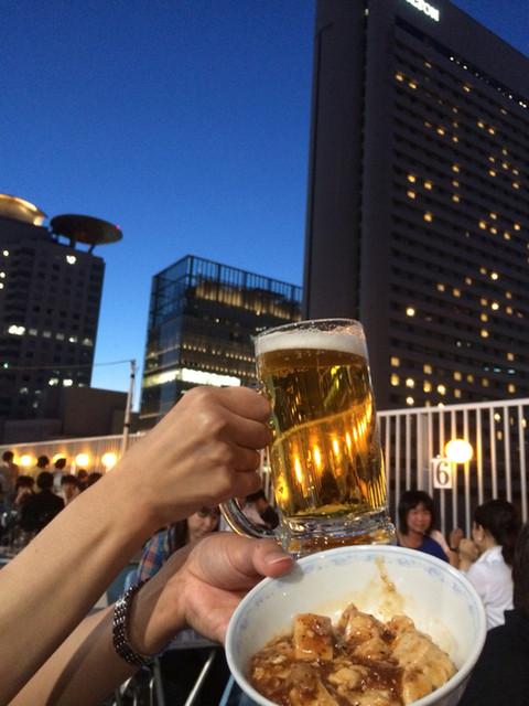 大阪駅前第一ビル 神仙閣ビアガーデン - 夜空をバックにビールと麻婆豆腐!