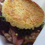 ラーメン バーガー - チーズ、ベーコン、目玉焼きトッピングのラーメンバーガー