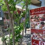 ラ・フォンターナ - 外の看板