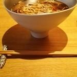 紬山荘 - メインのお蕎麦はこんな器に入ってます。倒れちゃうんじゃないかとドキドキ(笑)