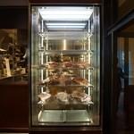 37 Steakhouse & Bar - 店内に鎮座する熟成庫。