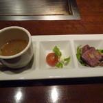 京ちゃばな 北新地 ほっこりほっこり - お通し:コンソメスープ・プチサラダ・ローストビーフ