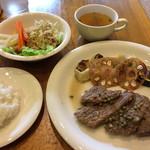 裏口の珈琲屋 - 本日のお食事セット「ビーフの白ワイン煮 実山椒ソース」野菜揚げ物、サラダ、スープ、ライス。 付け合せ野菜はとても美味!