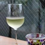 カフェ エ フロマージュ シニョン - ハウスワインの白をつけてもらいました