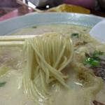 福満亭 - 弾ける白さの豚骨スープ。豚骨独特のクセはなく、とてもマイルドです。