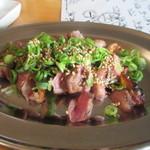 robatahyoutan - 最初は店の方が勧めてくれた地鶏のタタキ、味が付いてるからそのままでもポン酢をかけて食べても大丈夫です。