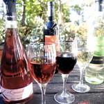 月の市場 - 飲み放題のワインは赤・白のオーガニックとメディチ家の微発泡ロゼ