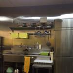 冷めん家 - オープンキッチン。広くて綺麗にされています♪