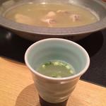 博多華味鳥 - お店の人がスープを作ってくれます