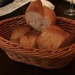 近江牛ステーキとがぶ飲みワイン ニクバルモダンミール - パン!お通しで食べ放題
