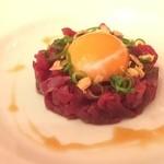 近江牛ステーキとがぶ飲みワイン ニクバルモダンミール - ユッケ。うまぁー
