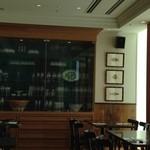 カンティーナ シチリアーナ - 店内1(素敵なグラスと飾り棚)