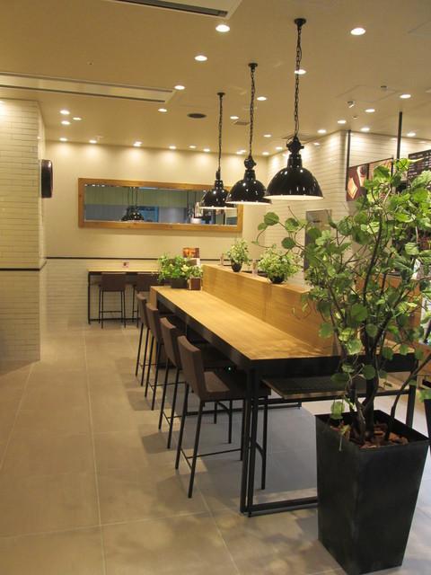 ブロッサム アンド ブーケ デリ カフェ 品川シーズンテラス店 - 観葉植物も置いてあって良い環境