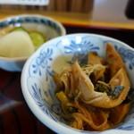 手打ちうどん・そば 一心庵 - 小鉢は、竹輪、エノキの煮もの。