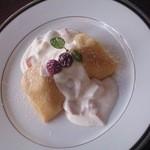 四季 - <フルーツヨーグルトクレープ ¥680>ブルーベリーヨーグルトアイスをクレープで包みました。ビタミンCが豊富なフルーツが入ったヨーグルトソースで召し上がれ
