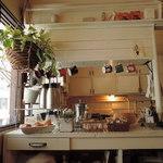 アイビー&ネイビー - 厨房もアンティークな感じでいいね。 ムーミンのマグが掛けられてるぞ。