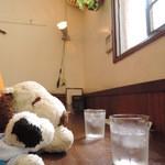 アイビー&ネイビー -  ボキらは窓際の席に座りました。 ちなみにボキらの後ろにはテーブル席が並んでるんだけど、 この近くで働いているOLぽいお客さんでにぎわっています。  ちびつぬ「女子に人気のカフェよ~」