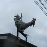 38656024 - 屋根の上の鶏です。