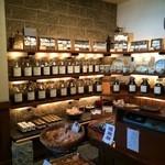 じょっぴんや - いろんなコーヒー豆が並ぶ店内、カレーパンのコーナーもありますね