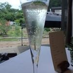 レストラン ビオス - モヒートのシロップとシャルドネのワインからアルコールを抽出したフランスのノンアルコールワインと炭酸のアペリティフからスタート