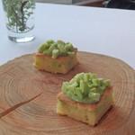レストラン ビオス - 蚕豆のパンケーキに空前のピュレ、そしてくだいた生の蚕豆。                             農園らしい一品です