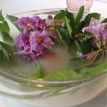 """レストラン ビオス -  赤い皮のじゃがいも""""レッドムーン""""のスナックです。                             花はその花です。ジャガイモの花のピーク。じゃがいもの花が添えられるのは農園らしいですね。"""