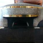 リストランテ アルベロベッロ - 室内にある薪窯。開店当初の窯は潰して、輸入したそうです。