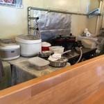 チャイ屋 マドゥバニ - カウンターのみの小さなお店にシンプルな内装(笑)