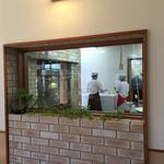 うんじょ~るの - 店内からガラス越しに調理場が見えます。