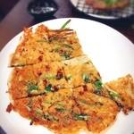 吉田 - チヂミのニラ。タレに絡ませて食べます。