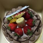 シュクルボワ - 2015年6月 生チョコデコレーションケーキ ¥2550 白っぽいチョコレートの色合い