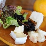 カフェ エ フロマージュ シニョン - ワイン再訪時:チーズ3種を盛り合わせて貰いました